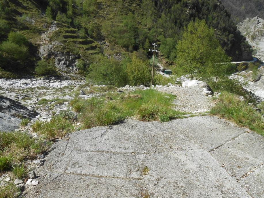 Diese Straße Geht Man Weiter Kräftig Bergauf. Überall Findet Man Reste Des  Industriellen Marmorabbaus. Einige Kleinbauten Haben Wir Als U201emögliche ...